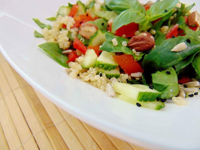 Salatka z komosą ryżową, świeżym szpinakiem i czarnuszką
