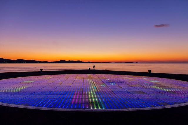 Il saluto al sole di Zara spettacolo di luci e suoni