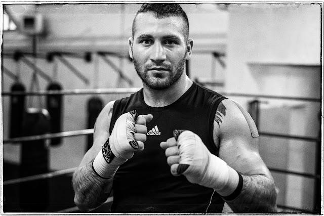 Ritratto in bianco e nero di Davide Armanini campione del mondo K-1