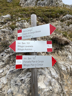 Signs pointing to Rifugio Pian di Cengia.
