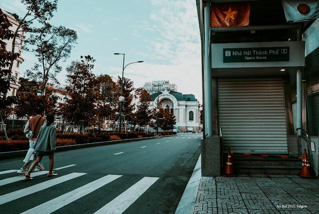 Cửa metro nhà hát lớn