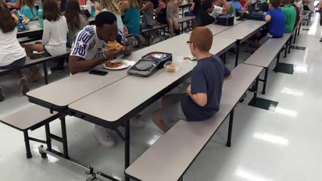 Mamá teme que su niño coma solo a diario, y un famoso atleta se sienta junto a él
