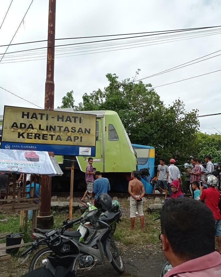 Kereta Api Bandara Minang Kabau Ekspres Menabrak Bus Penumpang Trans Padang