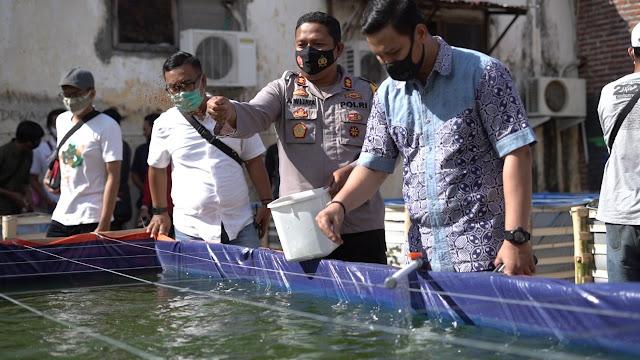 Polres kota Prrobolinggo  Bagikan Bibit Ikan