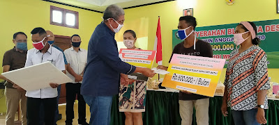 Bupati Malra M. Thaher Hanubun saat Menyerahkan BLT Dana Desa ke Penerima