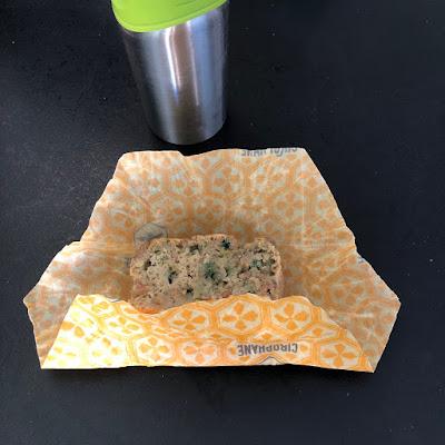 Tranche de breadcake à la courgette dans emballage Cirophane