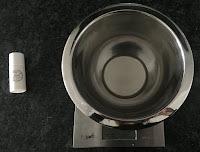 Fonte au bain-marie le beurre de cacao et l'huile végétale bio pour la fabrication du baume solide cacao noisette