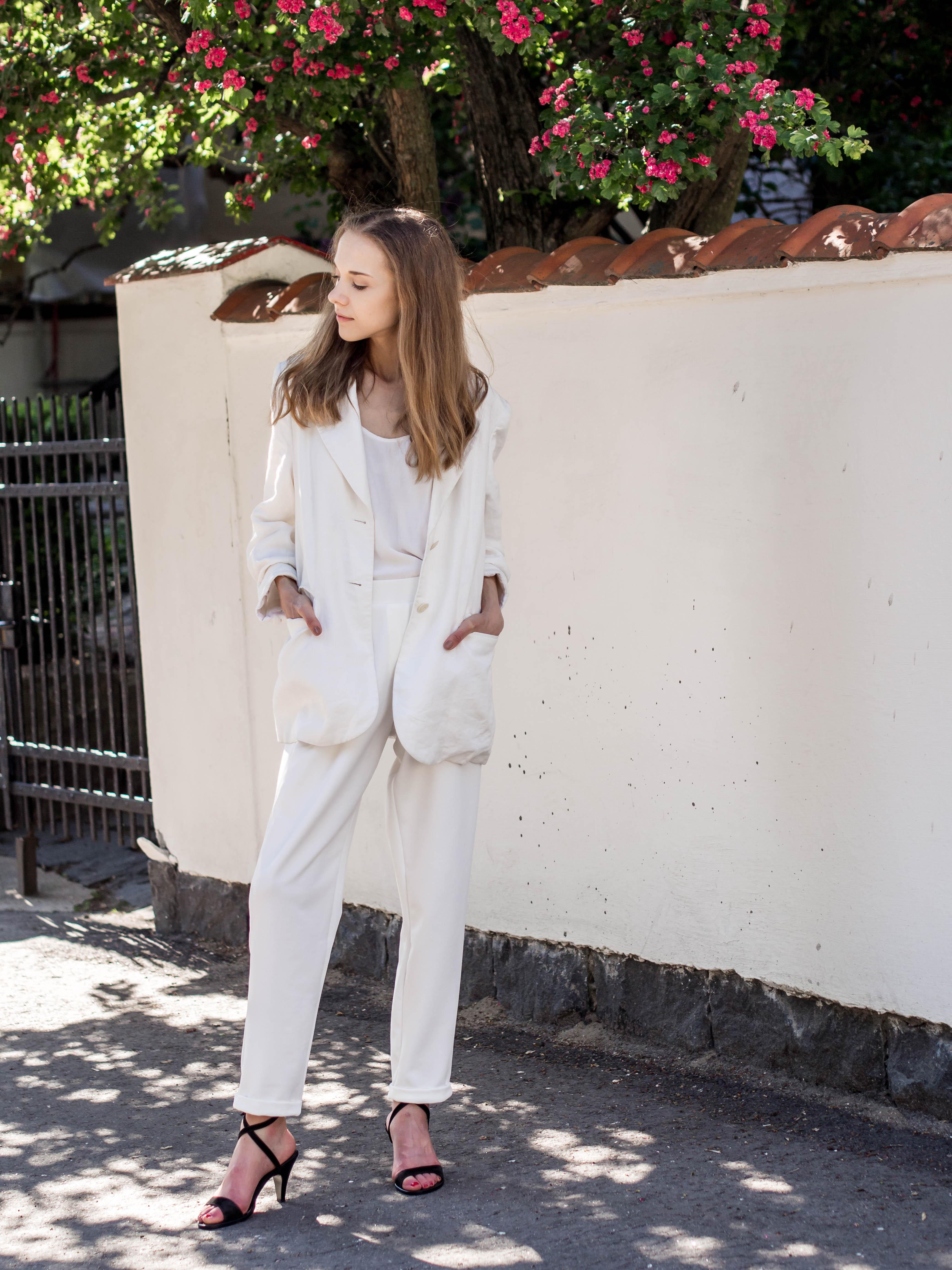 Fashion blogger summer outfit inspiration, white suit - Muotibloggaaja, kesämuoti, juhlapukeutuminen, valkoinen housupuku