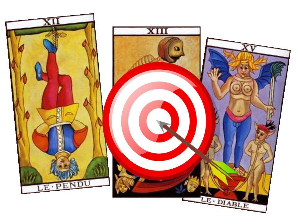 3 cartes du tarot de marseille sous une cible percée d'une flèche pour symboliser la précision du tarot en ligne.