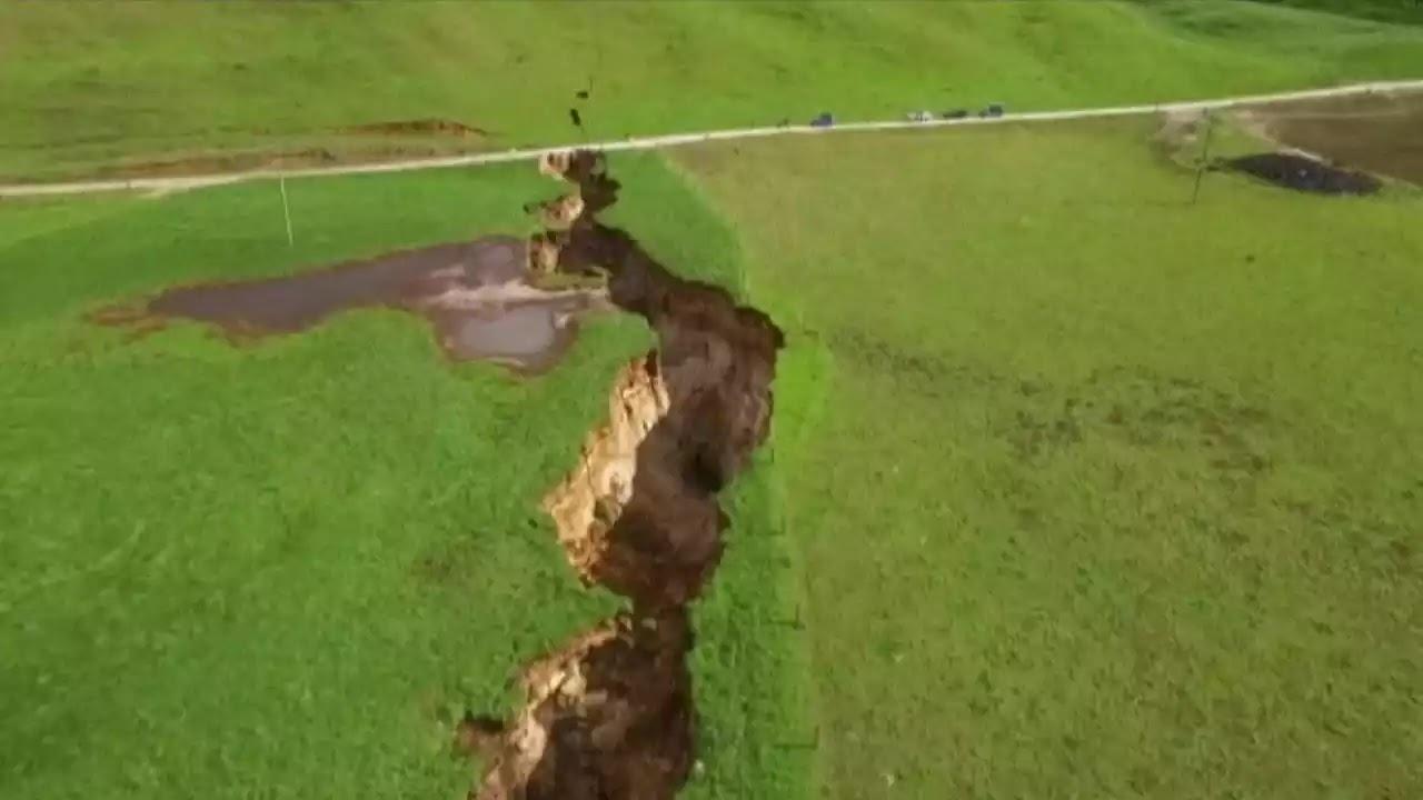 Μια γιγαντιαία ρωγμή εμφανίστηκε στην Νέα Ζηλανδία μετά απο εντολή βροχή {vid}