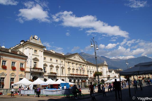 La bella piazza Chanoux con l'edificio che ospita il Municipio