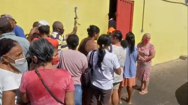 Brasil com fome - Mulher anda 4 km para buscar ossos em açougue em Cuiabá