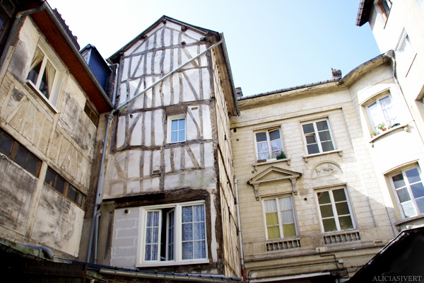 aliciasivert, alicia sivertsson, france, normandy, frankrike, normandie, elbeuf, house, hus, byggnad, building, innergård, inner courtyard