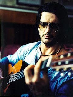 Foto de Ricardo Arjona tocando su guitarra
