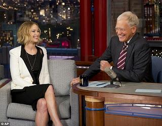 الحرس الشخصي لـ جنيفر لورانس يبعدها عن حشود الجماهيرالتي اجتمعت حولها قبل برنامج Late Show في نيويورك