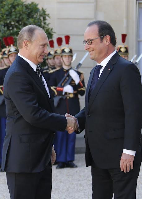 Putin recebido pelo presidente Hollande no palácio do Elysée, Paris. Tudo se passa como se não tivesse acontecido nada.