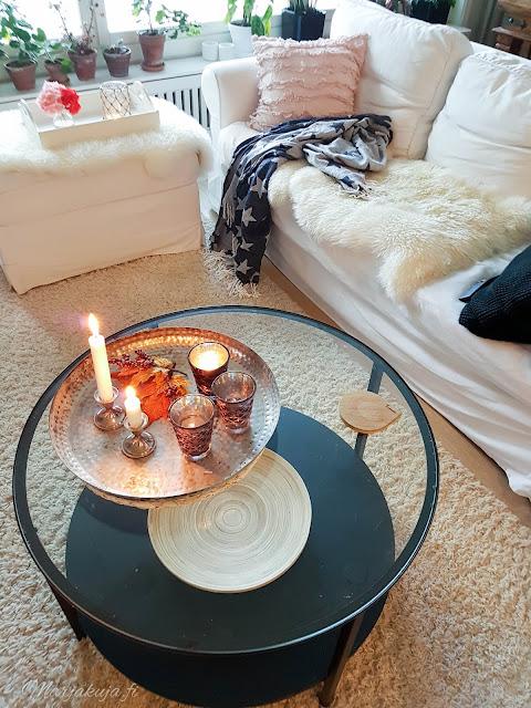 #olensisustaja ikea ektorp vittjö sohva olohuonen livingroom sisustus kynttilä tinek skandinaavinen tunnelma
