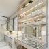 Banheiro com banheira + penteadeira com porcelanato marmorizado e detalhes dourados!