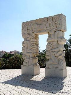 Het Beeldhouwwerk De Poorten Van Geloof Jaffa