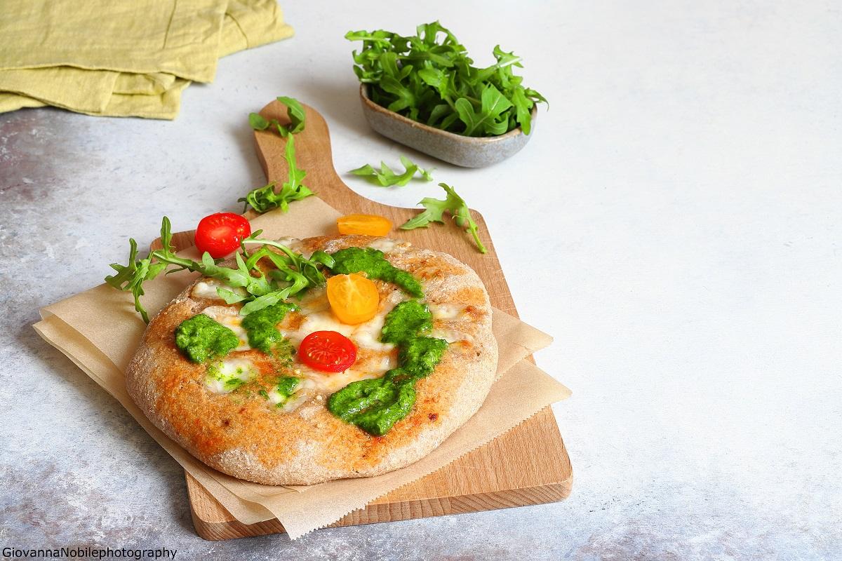 Pizza integrale con fiordilatte e pesto di rucola
