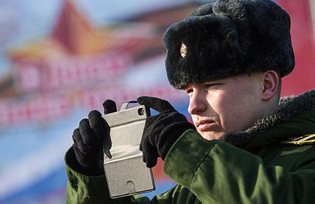 Российским военным запретили иметь смартфоны и вести соцсети