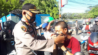 Kapolres Pelabuhan AKBP M Kadarislam Turun Langsung Bagikan Masker ke Warga