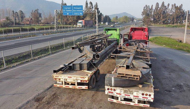 Dos camiones trasladan enorme monumento hacia Punta Arenas
