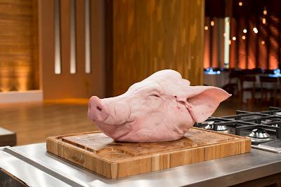 Cozinheiros terão que preparar um prato utilizando uma cabeça de porco como ingrediente principal - Divulgação/Band