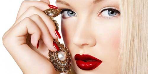 chica rubia con labios rojos