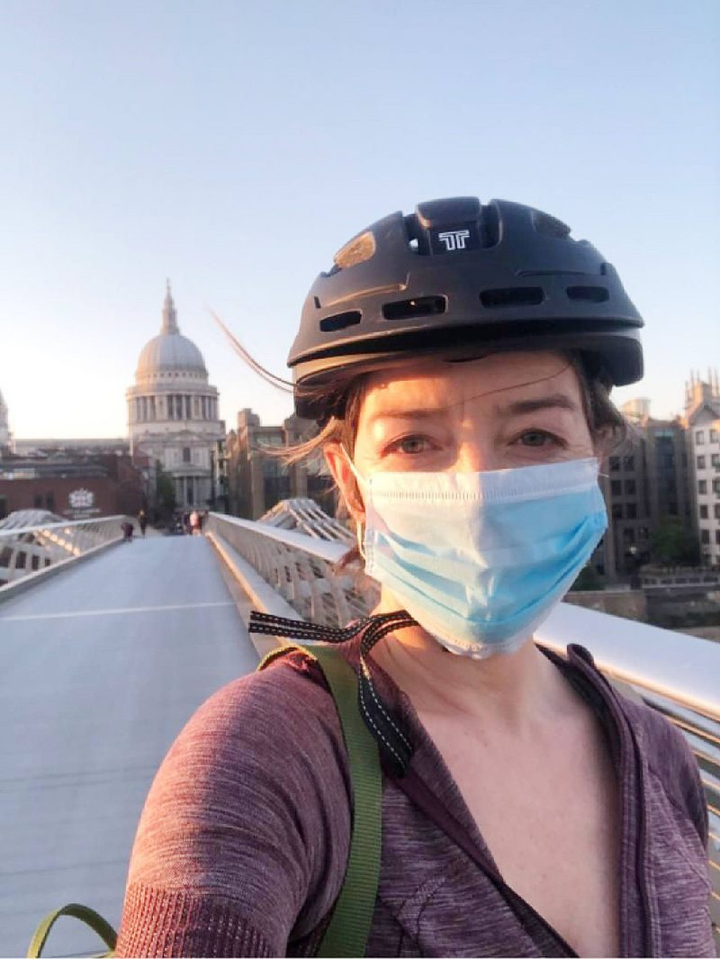 Consuelo Saavedra recorre las calles de Londres en bicicleta