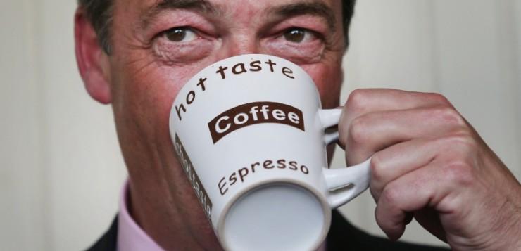 Homem tomando café