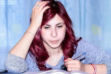 Estudante fazendo resenha de livro