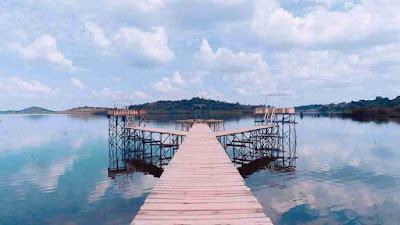 Jembatan Foto Selfie Danau Laet