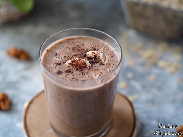 Owsiany koktajl z czekoladą i orzechami