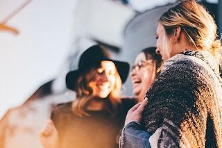 رؤية الصديقة او الصديق في المنام ◁ تفسير حلم التصالح و رؤيه شخص متخاصم معه