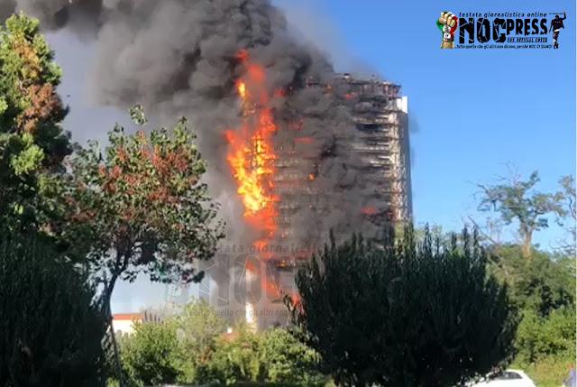 """Brucia la """"Torre dei Moro"""" a Milano. Il VIDEO delle fiamme da inferno e terrore tra i residenti"""
