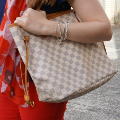 Louis Vuitton neverfull damier azur MM with red skinny jeans | away from the blue