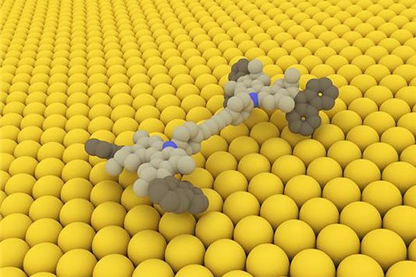 К тому времени исследователи во главе с Фрейзером Стоддартом собрали молекулярное кольцо, через которое проходила такая же молекулярная ось. Когда эта конструкция получала тепловую энергию, кольцо начинало скакать от одного конца оси к другому. В последующие десять лет эта группа создала искусственную мышцу, которая могла гнуть тончайшую пластинку из золота.  К слову, Жан-Пьер Соваж также исследовал потенциал ротаксанов, и к 2000 году ему удалось создать молекулярную структуру, напоминающую мышцу, а также ротаксан, в котором кольцо вращается в разных направлениях.  В 1999 году создал свой первый молекулярный мотор и третий лауреат — Бен Феринга. Ему удалось разработать молекулу, которая вращалась не куда ей хочется, а куда надо — в определенном направлении. В 2011 году группа Феринги собрала структуру из четырех молекулярных моторов, укрепленных на молекулярном же шасси. Эту конструкцию называли «наномобилем». Следующим достижением стали невиданные скорости вращения молекулярных моторов — до 12 млн оборотов в секунду. Размер такого мотора в 1000 раз меньше сечения человеческого волоса.  Группа Бена Феринги раскручивала с помощью молекулярных моторов более крупные тела, вроде стеклянных цилиндров, которые были крупнее, чем эти моторы, в 10 тысяч раз. Но игрушками, хоть и весьма интригующими, дело не ограничилось. В 2013 году был создан молекулярный робот на основе ротаксана, который может соединять молекулы аминокислот. Впервые появилась возможность не просто конструировать элементы наномира, но и заставлять их работать. Работать — значит жить. Биологический объект, в котором наступило химическое равновесие, просто мертв. Это достижение еще только предстоит осознать — человечество учится создавать нечто, что способно строить новые молекулярные конструкции. Разумеется, ученые еще только в начале пути, но уже сейчас открываются удивительные возможности, которыми нужно только правильно воспользоваться.