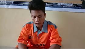 "OKI - majalahglobal.com: Sandra alias Can Bin Mustakim (26) tega menghabisi nyawa temannya sendiri korban Fahmi Bin Mirwan (19) swasta beralamat Dusun IV RT.003 RW.002 Desa Petaling Kecamatan Tulung Selapan OKI di TKP di Jalan Umum Desa Ujung Tanjung Kecamatan Tulung Selapan (OKI)  Kapolres OKI AKBP Alamsyah Palupessy (14/7) mengatakan, rekan-rekan sudah melihat salah satu Vidio yang sempat viral di medsos kemarin (13/7) inilah salah satu pemerannya tersangka Sandra alias Can Bin Mustakim (26) Salah seorang warga Desa Simpang Tiga Sakti Kecamatan Tulung Selapan OKI.""jelasnya"".  "" kejadian ini terjadi sekira pukul 10.30 Wib awalnya ketika mereka bertemu, namun kejadian di TKP itu sekitar jam 12.00 Wib. Awal mula kejadian ini antara korban Fahmi Bin Mirwan (19) swasta beralamat Dusun IV RT.003 RW.002 Desa Petaling Kecamatan Tulung Selapan OKI dengan tersangka Sandra sebenarnya sudah lama kenal. Nah kemarin itu setelah sekian lama korban tiba tiba menjemput tersangka dirumahnya untuk sama sama jalan jalan kedaerah ujung tanjung.  Dalam perjalanan terjadi cekcok antara korban dan tersangka, menurut keterangan tersangka korban selalu membuli tersangka mengatakan bahwa duda sehabis itu muncullah emosi tersangka, dan pada saat itu juga tersangka sudah membawa senjata tajam berupa sebilah pisau dan posisi tersangka ini ada dibelakang( dibonceng korban) ketika melewati ujung tanjung tersangka menikam korban dari belakang lalu korban terjatuh dari sepeda motornya dan korban sempat mengadakan perlawanan dan tersangka terus melakukan penyerangan sampai korban jatuh terus melakukan penusukan diarea yang mematikan sehingga korban meninggal di TKP. Untuk motif sementara ini diduga sakit hati karna dibuli korban.  mendapat laporan masyarakat telah terjadi perkelahian yang menyebabkan kematian. Polsek Tulung Selapan langsung menuju  TKP untuk olah TKP dan membawa korban ke puskesmas tulung selapan untuk dilakukan visum,  sedangkan Tim lainnya melakukan pengejaran terhadap tersangka "
