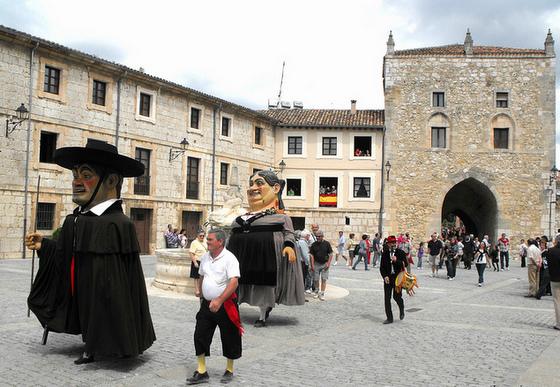imagen_burgos_curpillos_huelgas_fiesta_gigantillos_baile_compas_afuera_monasterio