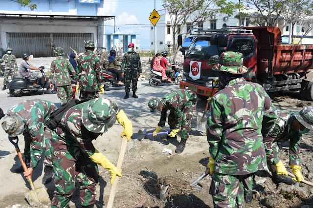 757 Personel TNI Bersih-Bersih Jalan Pesisir Pantai Talise