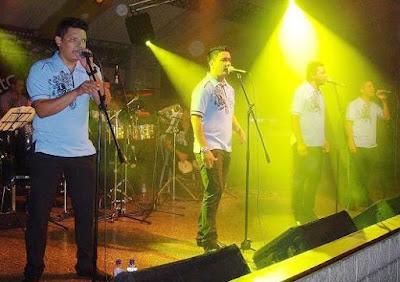 Foto de Galé cantando en el escenario