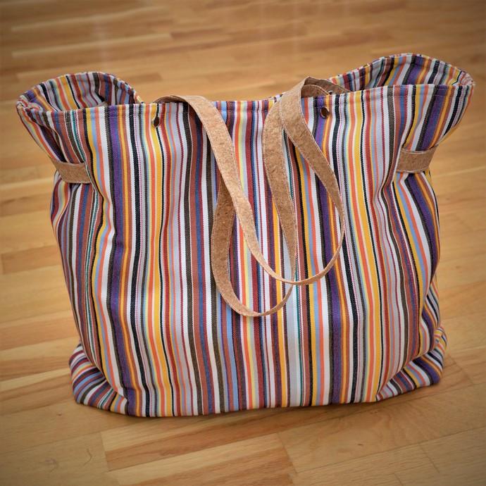 CarryBag als Einkaufstasche, genäht nach Taschenspieler 4 von Farbenmix, mit Korkträgern und aus robustem Allroundgewebe bunt gestreift