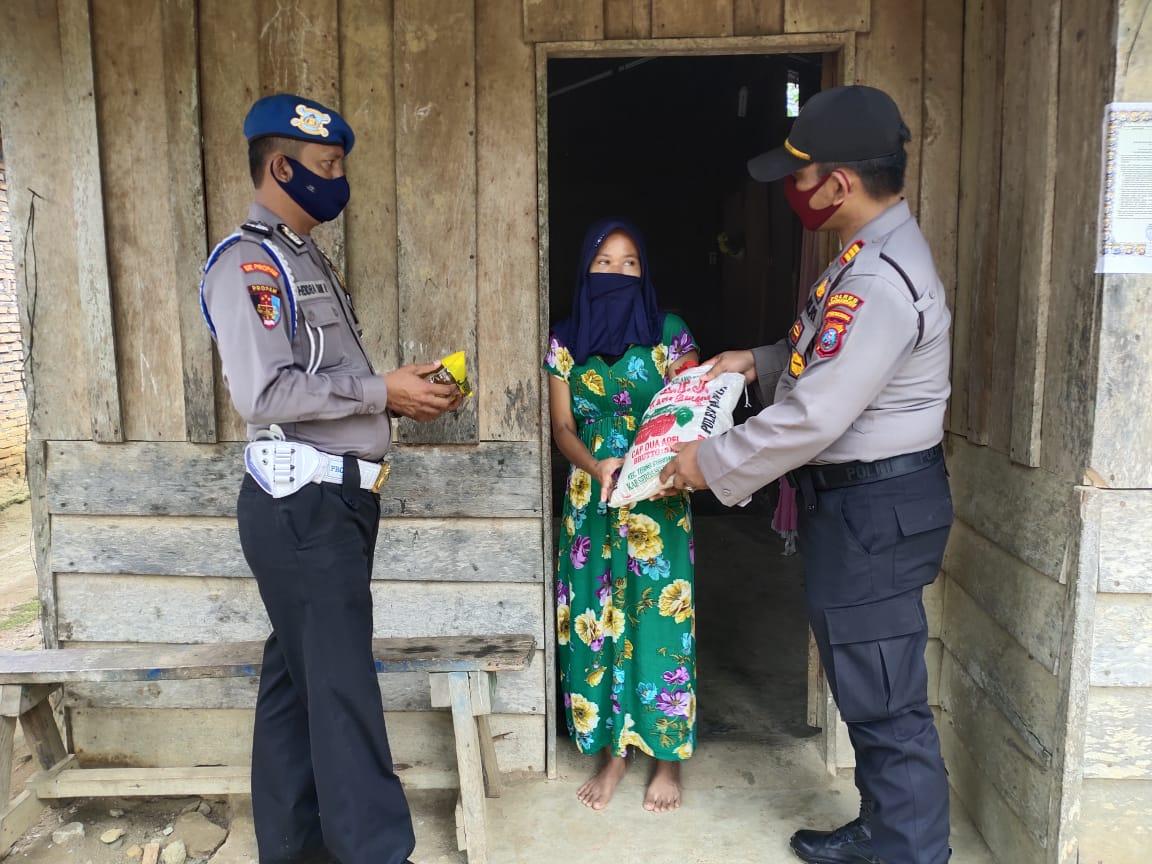 Kapolsek Aek Natas Bersama Personel Berbagi Sembako Kepada Duafa Suluh Sumatera