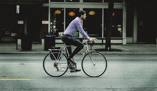 deporte-andalucia-trabajador-bicicleta