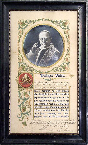 """Συγχωροχάρτι του 1925 με τη φωτογραφία και τη σφραγίδα του Πάπα Πίου του ΙΑ΄ """"ευλογούντος""""."""