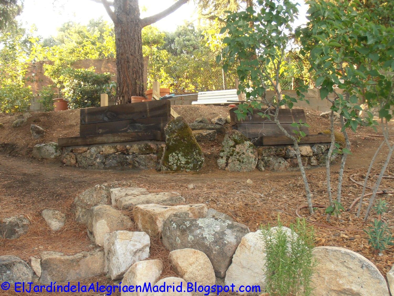 El jard n de la alegr a banco de piedra y traviesas de for Bancos de piedra para jardin