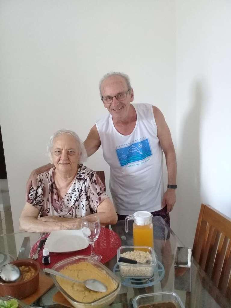 Dona Edite, de 90 anos, é fã do rei Roberto Carlos. Na família, inclusive, pais, filhos, irmãos, sobrinhos e netos também são súditos de Sua Majestade. Um amor pelo rei que passa de geração para geração.