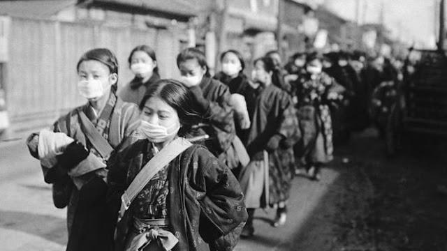 Para siswi di Jepang menggunakan masker dalam perjalanan ke sekolah pada tahun 1920