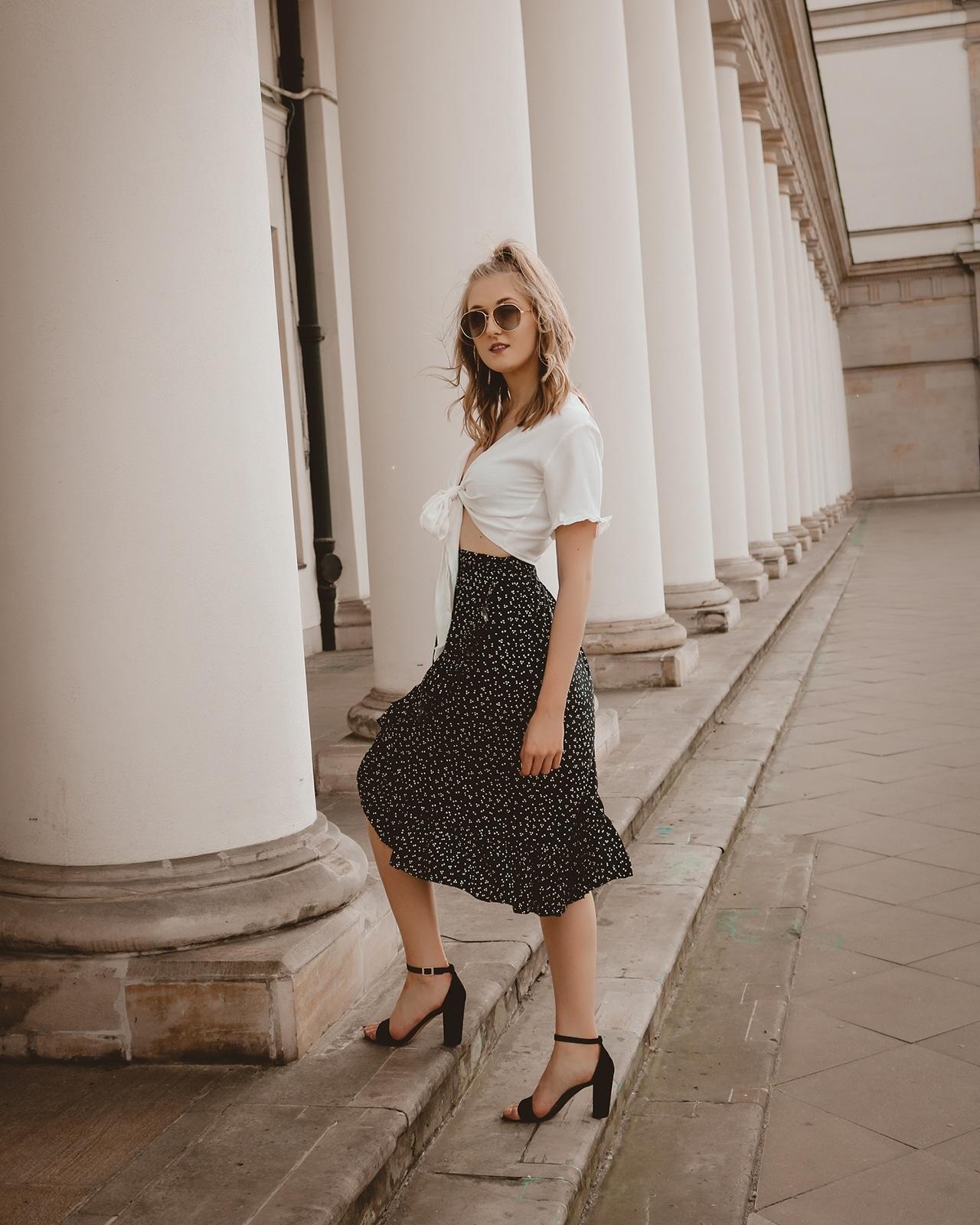 wakacyjna stylizacja | wiązana bluzka i spódnica z falbanką